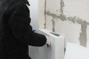 worker making sure to waterproofing house