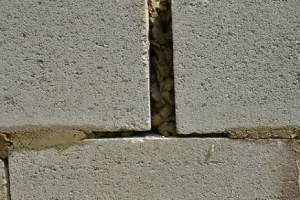 Wide wall gap. Caulking must always be applied to surfaces that are clean and dry